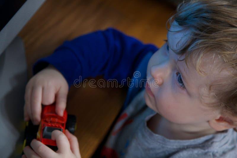 有玩具的年轻男孩 免版税库存照片