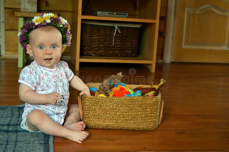 有玩具篮子的婴孩  免版税图库摄影