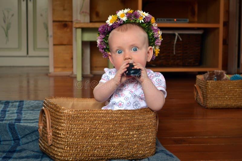 有玩具篮子的婴孩  免版税库存图片