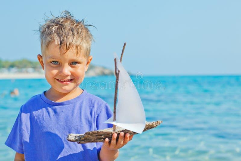 有玩具船的男孩 免版税库存图片