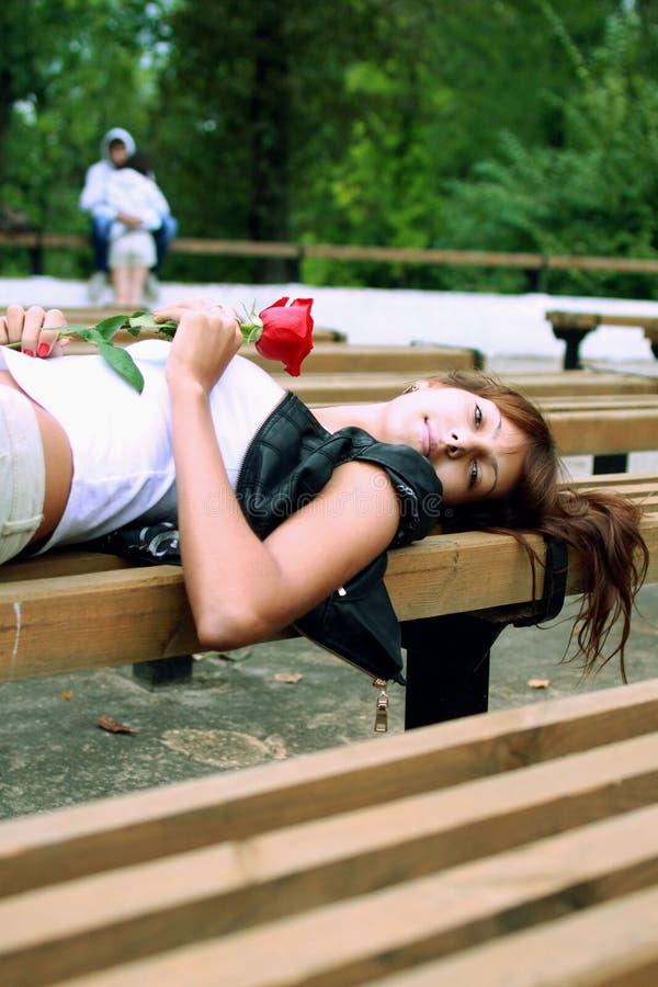 有玫瑰的芽的美丽的深色的女孩 免版税库存图片