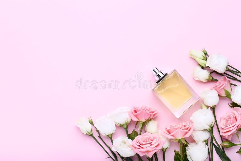 有玫瑰的香水瓶 库存照片