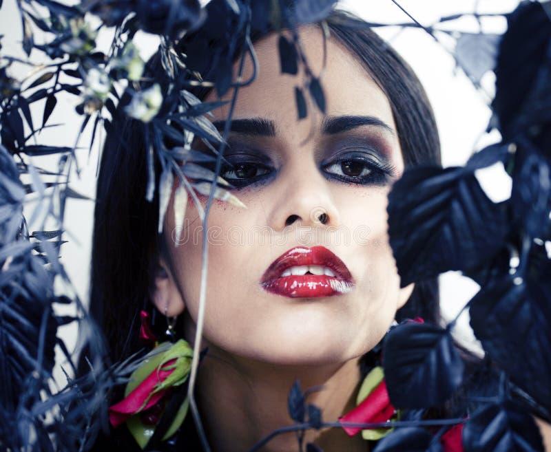 有玫瑰色首饰的俏丽的深色的妇女,黑和红色,明亮组成kike一个吸血鬼特写镜头红色嘴唇 免版税库存图片