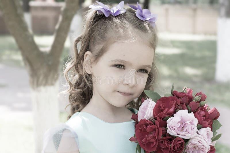 有玫瑰花束的儿童女孩  嫩画象 免版税库存图片