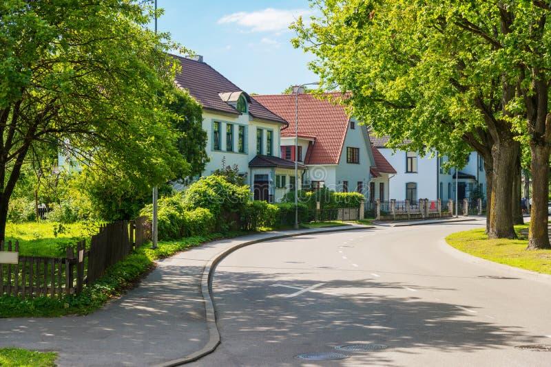 有现代住宅房子的美丽的街道在晴朗的夏天 免版税库存照片