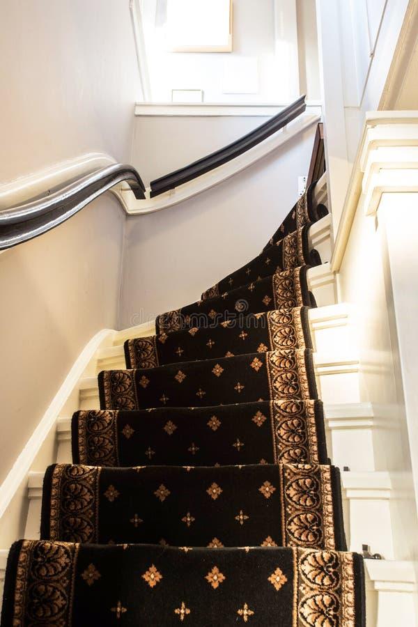 有现代台阶的葡萄酒地毯 库存图片