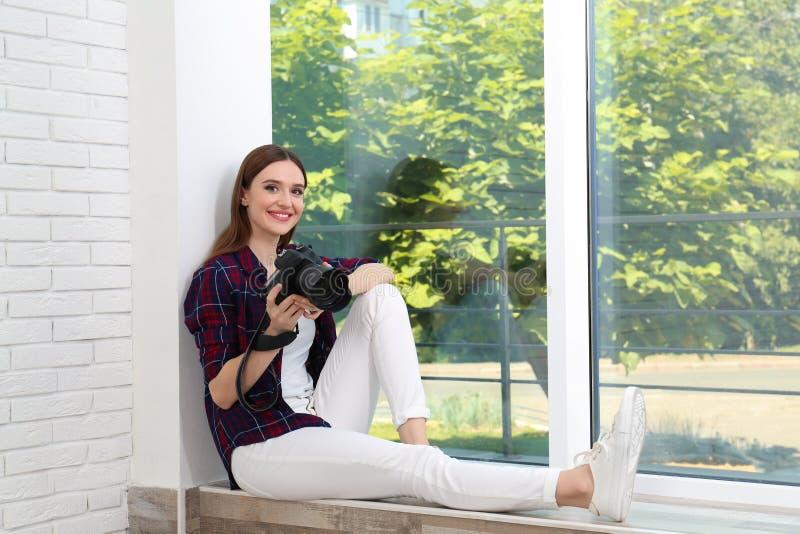 有现代开会的专业摄影师在户内窗口附近 免版税库存图片