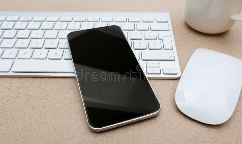 有现代手机大模型的工作场所 向量例证