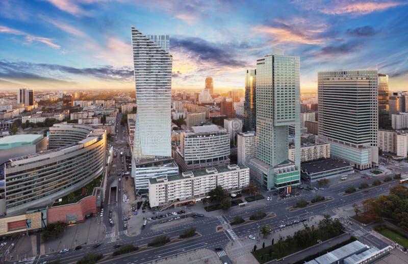 有现代摩天大楼的日落的,波兰华沙市 库存照片