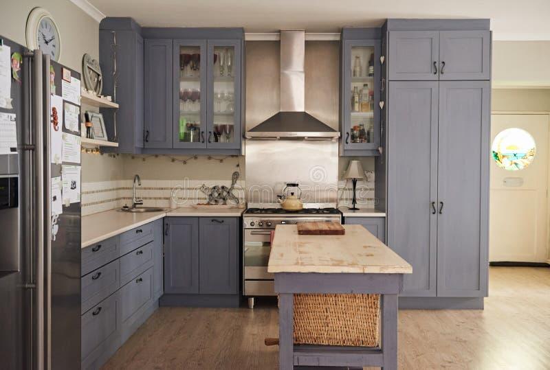 有现代装置的乡村模式的厨房在一个当代家 免版税库存照片