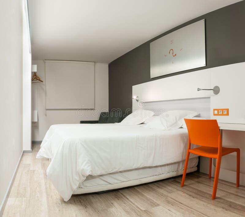 有现代设计的美好的旅馆客房。 免版税库存图片