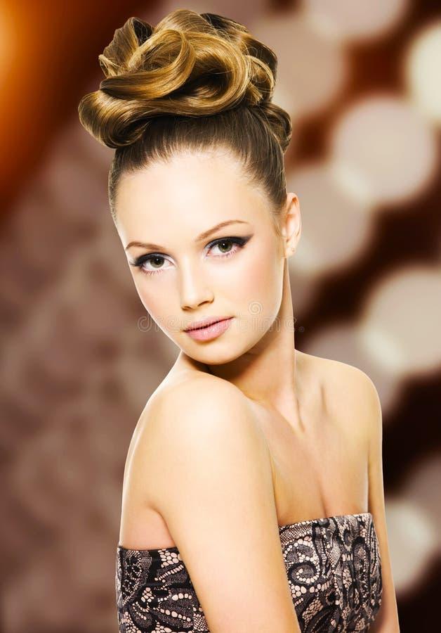 有现代发型的美丽的女孩 免版税库存图片