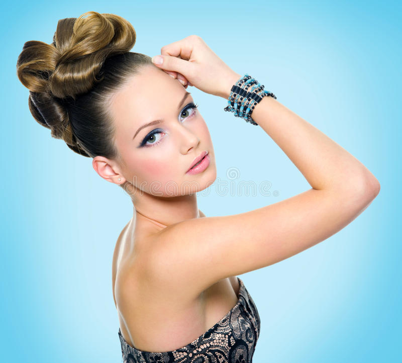 有现代发型的美丽的青少年的女孩 免版税图库摄影