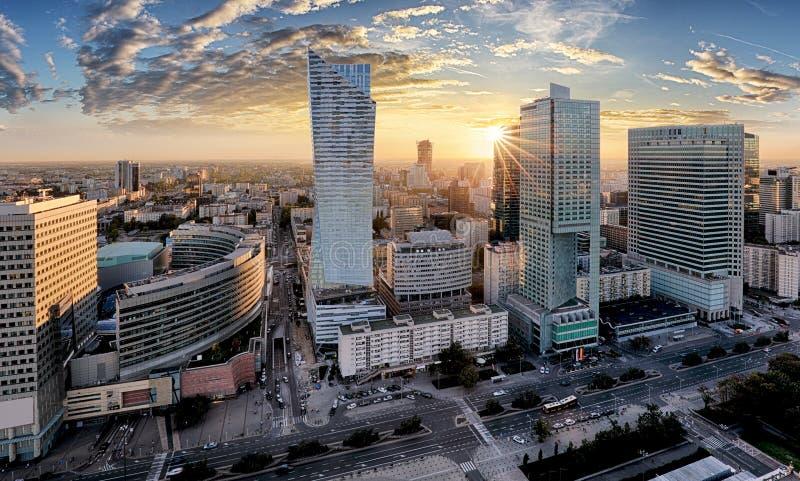 有现代摩天大楼的日落的,波兰华沙市 免版税库存图片