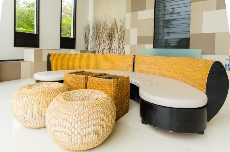 有现代沙发的客厅 免版税图库摄影