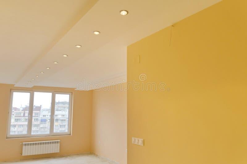 有现代LED照明设备的室 库存照片