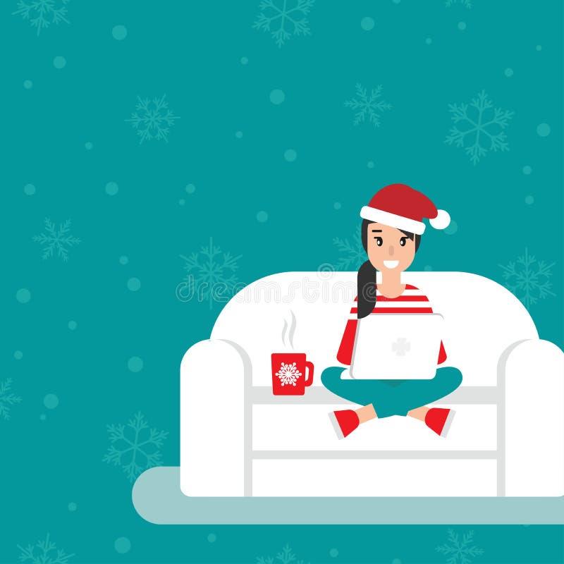有玻璃和圣诞老人帽子的愉快的自由职业者女孩在有膝上型计算机的沙发 创造性的行家在家工作 皇族释放例证