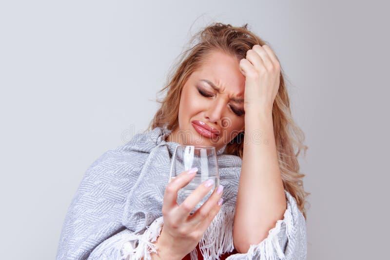 有玻璃感觉的头疼的妇女 库存照片