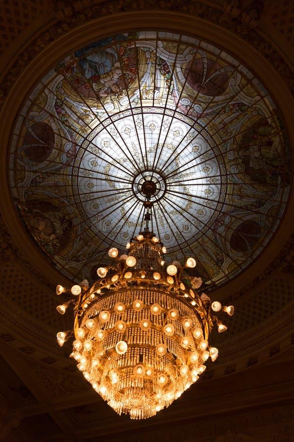 有玻璃窗圆顶的昏暗升新生样式水晶枝形吊灯 库存图片