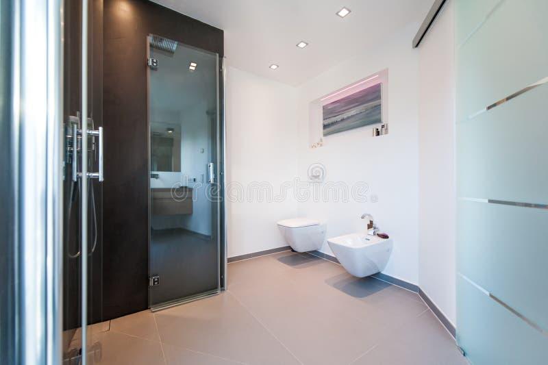 有玻璃门的现代卫生间 免版税库存图片