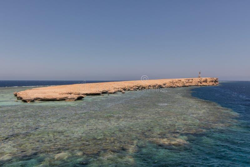 有珊瑚礁的小海岛 库存照片