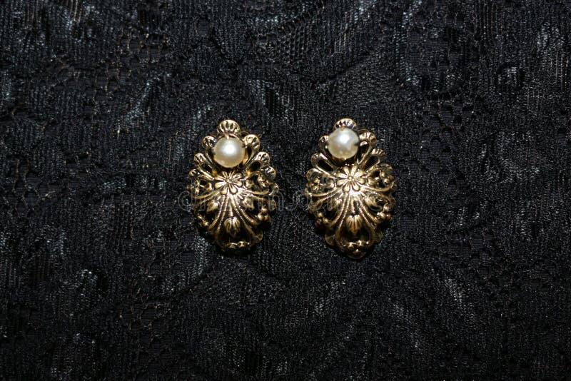 有珍珠的金耳环 免版税图库摄影