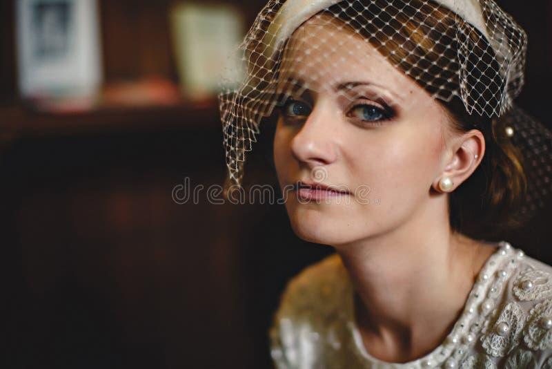 有珍珠确信耳环的看起来的夫人 免版税库存照片