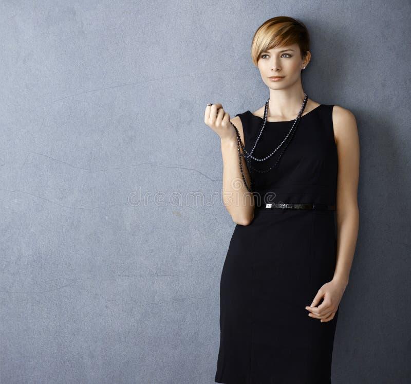 有珍珠项链的可爱的少妇 免版税库存图片