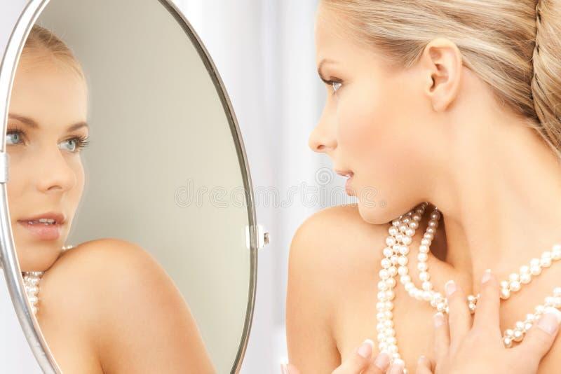 有珍珠项链的妇女 免版税图库摄影