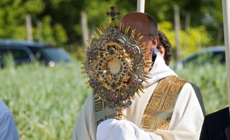 有珍贵的圣体匣的教士 库存照片