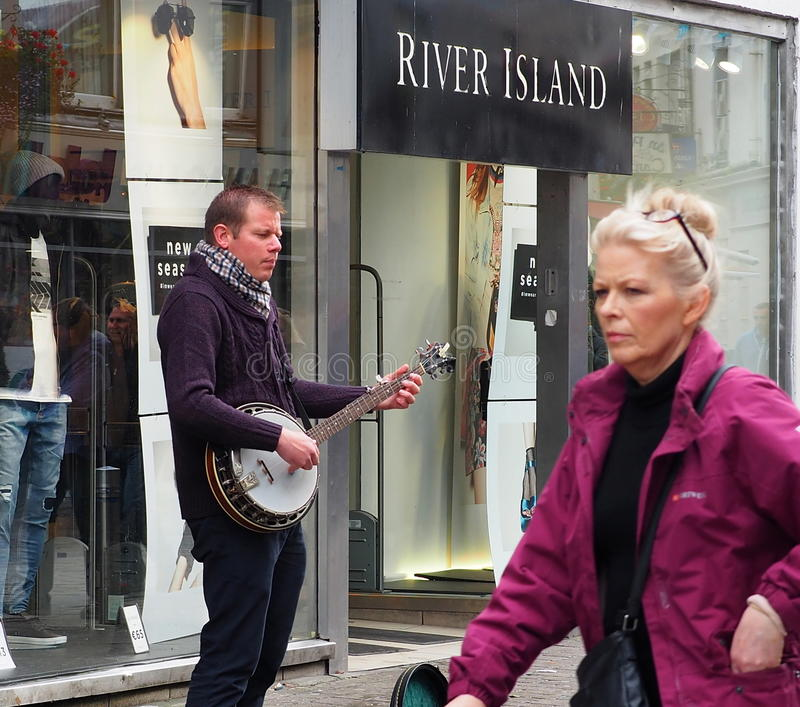 有班卓琵琶的卖艺人在戈尔韦爱尔兰 免版税库存照片