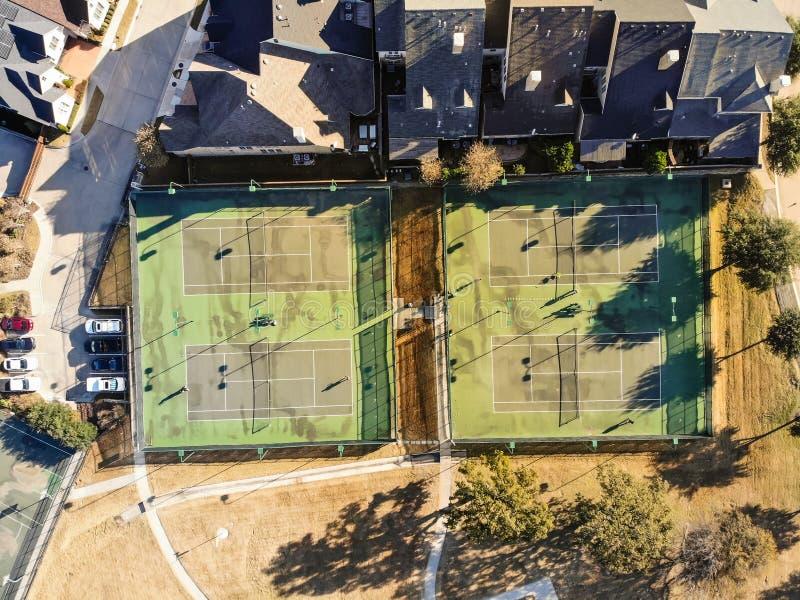 有球员的顶视图住宅网球场在得克萨斯,美国 图库摄影