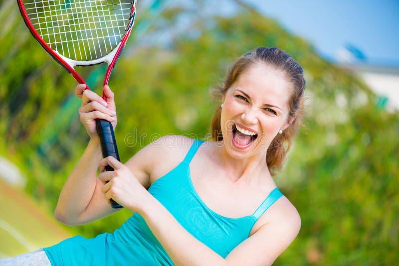 有球拍的女运动员在网球场 免版税库存图片