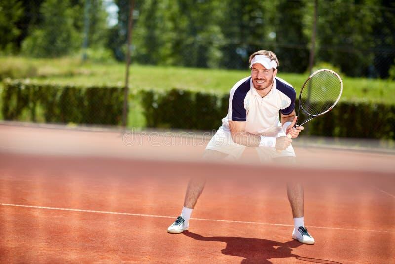 有球拍的男性网球员在行动 图库摄影