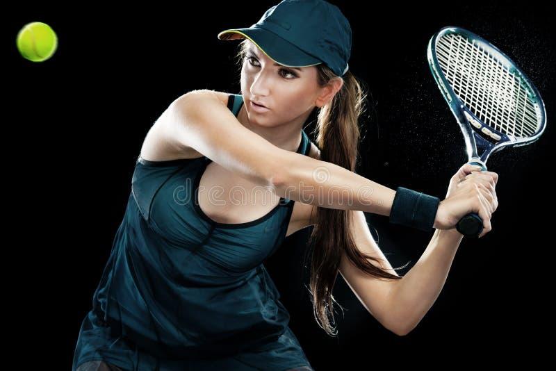 有球拍的美丽的体育女子网球员在蓝色服装 库存照片