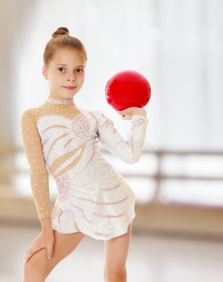 有球的小体操运动员 免版税图库摄影