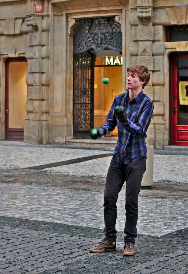 有球的街道变戏法者在布拉格 图库摄影
