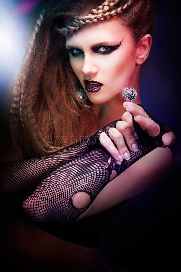 有理发和艺术构成的性感的妇女跳舞迪斯科80样式 图库摄影