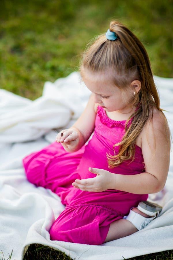有瓢虫的小女孩在公园 库存照片