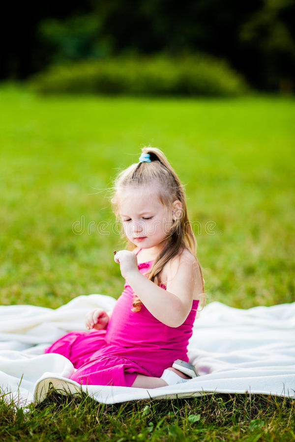 有瓢虫的小女孩在公园 免版税库存图片