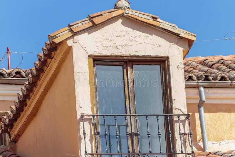 有瓦屋顶的古老顶楼 免版税库存照片