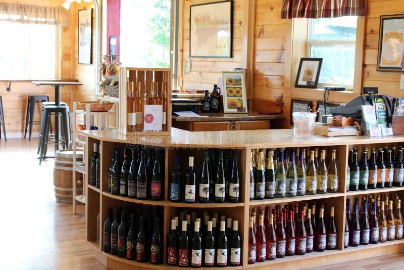 有瓶几个架子的品尝室酒和苹果酒,Critz Farms Brewing和Cider Company, 库存照片