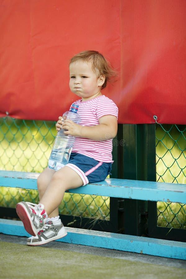 有瓶的女孩矿泉水 免版税库存图片