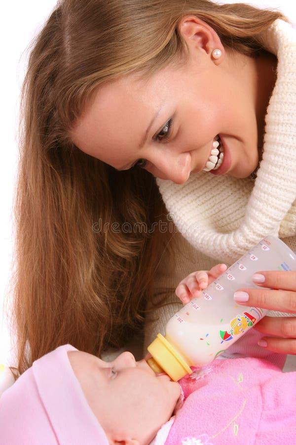 有瓶的母亲提供的子项牛奶 免版税库存照片