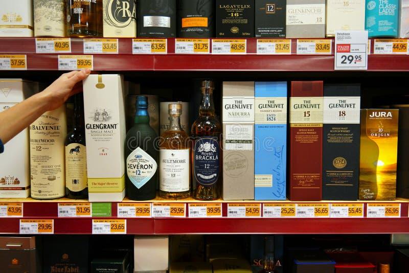 有瓶的箱子威士忌酒 免版税图库摄影