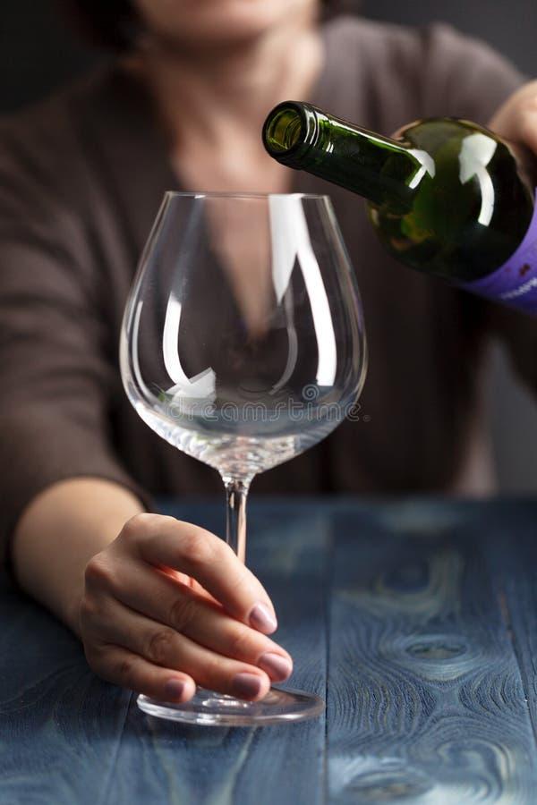 有瓶的醉酒的女性酒精 Soccial问题酒精中毒 库存图片