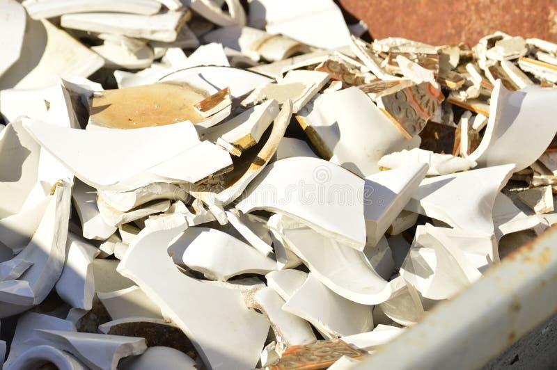 有瓷废物的容器 免版税库存照片