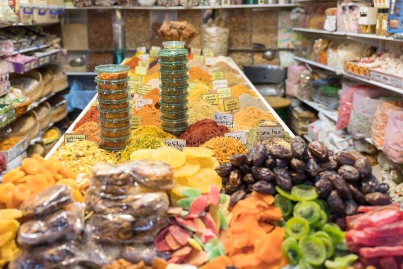 有甜点和香料的一家商店在阿拉伯市场上在耶路撒冷,以色列老  库存图片