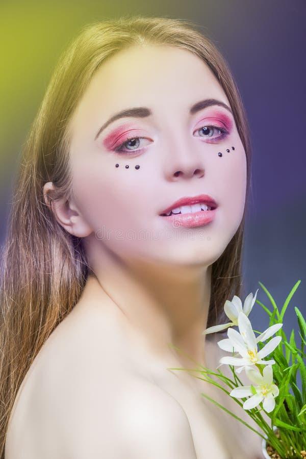 有生动的眼睛构成的年轻美丽的白种人女孩 免版税图库摄影