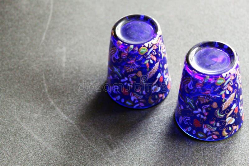 有生动的颜色的被倒置的纪念品杯子和作为展出品的复杂装饰 库存图片